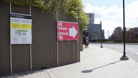Indications vers l'entrée du CNA (sur la rue Albert en direction du pont Mackenzie King)