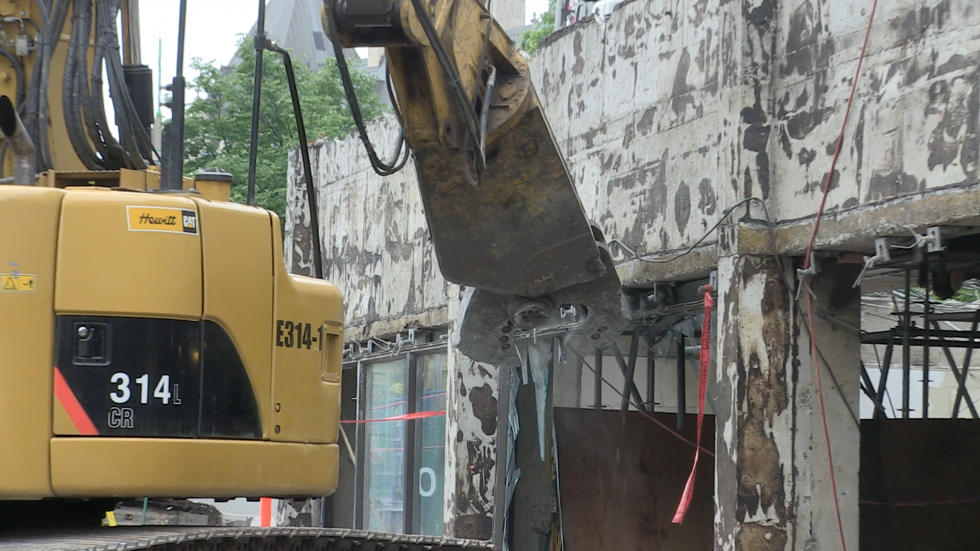 A close up of the excavator with shear at work.