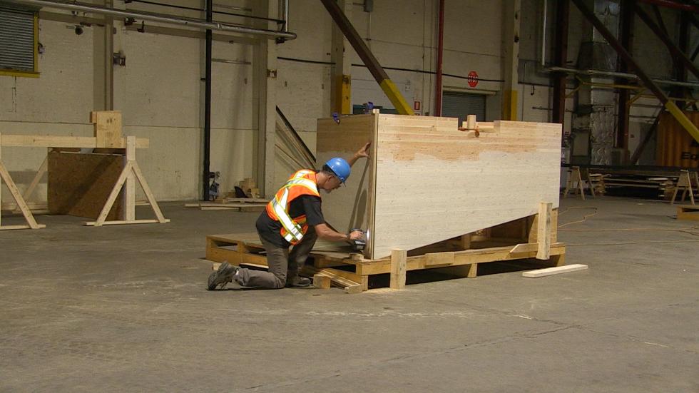 Chaque section est de forme triangulaire de bois douglas.